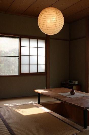 和室の定番とも言えるこちらの照明は、イサムノグチ氏の「AKARI(アカリ)」。シェードの素材は美濃手漉き和紙です。形も丸いものから螺旋状のものまで様々なものがあり、柔らかな光を照らしてくれます。