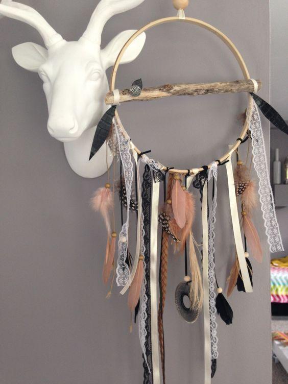 Attrape rêves / dreamcatcher / attrapeur de rêves en bois flotté, dentelle, plumes et perles bois : Décorations murales par marcelmeduse: