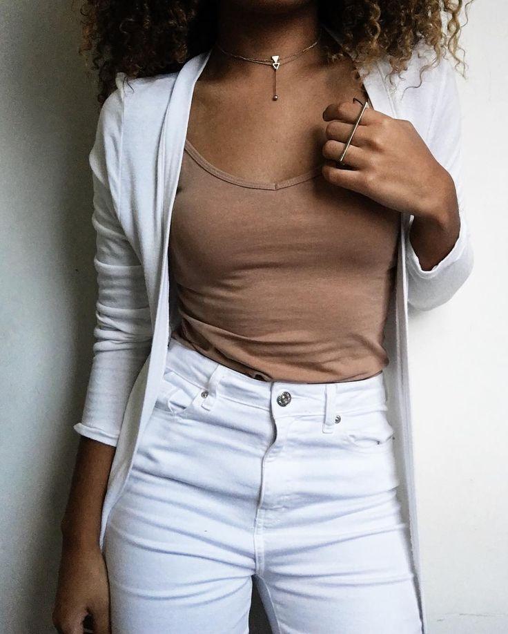 Neutral    Blusinha bege: Forever21   Calça branca: Forever21   Cardigan branco: @benditamaria   Acessórios: também da Forever21