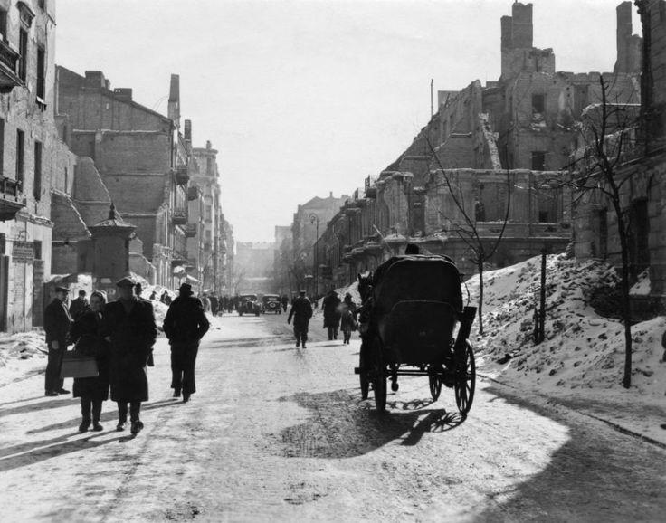 Zdjęcie z 1946 r. Przedstawia widok ulicy Poznańskiej w kierunku południowym. Na pierwszym planie skrzyżowanie z ulicą Wspólną. Wysoki budynek po prawej stronie to przedwojenna siedziba ambasady ZSRR. (fot. John Vachon / archiwum prywatne Ann Vachon)