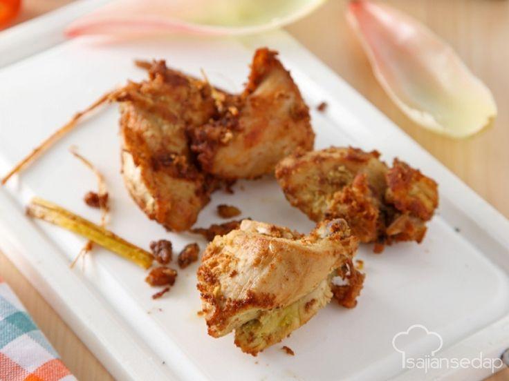 Resep Ayam goreng yang ini lebih kaya rasa daripada ayam goreng biasa karena tambahan aroma honje di dalamnya. Ingat, menggoreng ayam cukup sebentar saja supaya tidak kering dan tetap juicy.
