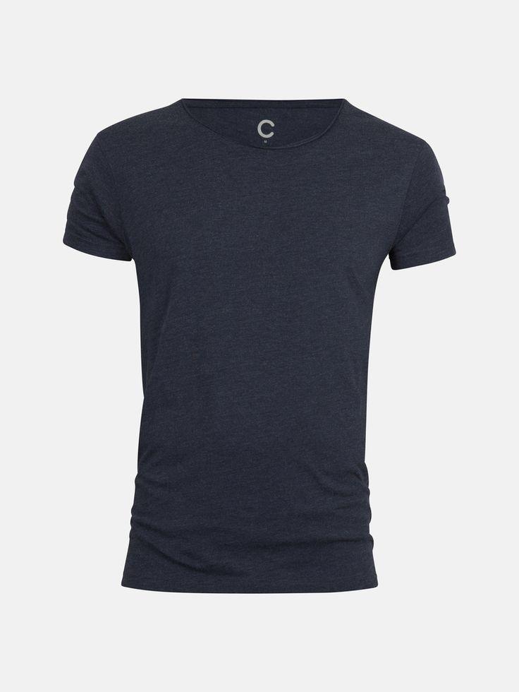 Koszulka z lekkiego, miękkiego materiału. Zaokrąglony dekolt.  Niebieski