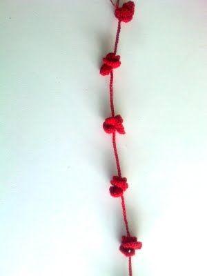 crochet necklace -  lavorare una catenella di 35 punti , puntare sulla quartultima catenella e lavorare 3 maglie alte , lavorare tre maglie alte su ognuna dalle successive 14 catenelle , passare il cappio all'interno del fiore che si è formato e avvolgere l'altro filo tra i petali