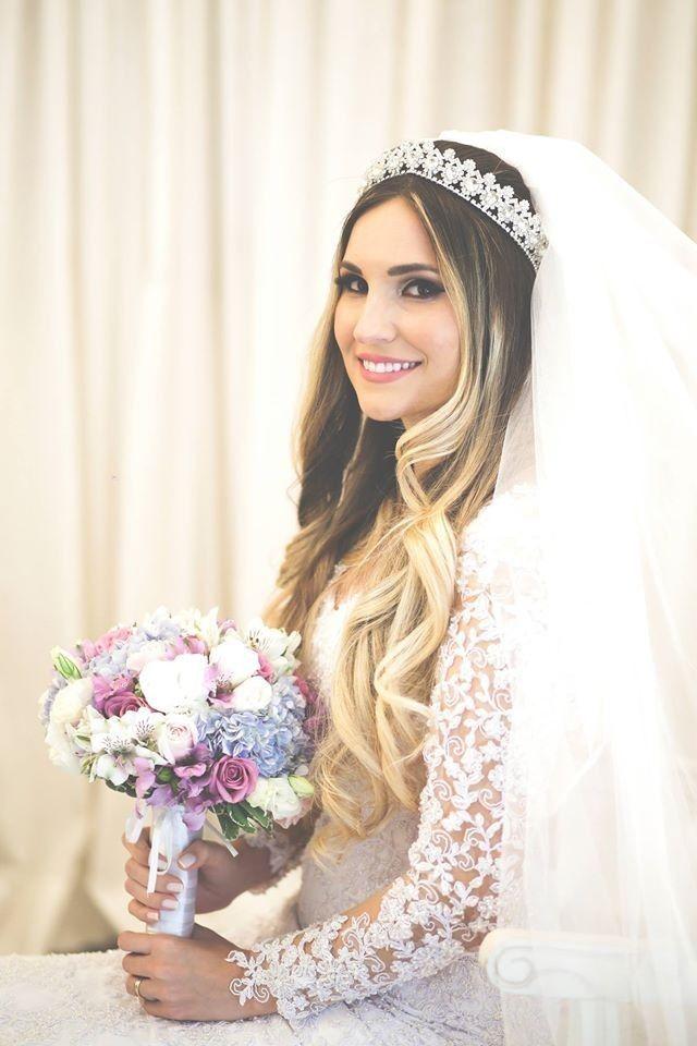Look de noiva princesa: tiara, véu e cabelo ondulado