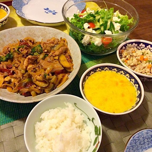 スープは絵麻作 - 5件のもぐもぐ - 豚ロースと野菜炒めドライトマト・クミン風味、鳥挽肉と根菜入り炒り豆腐、かぼちゃ・コーンスープ、サラダ by junya