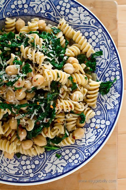 kale chickpea pasta - could also try with ricotta, chicken sausage, or red onions, and fresh lemon slices as garnish