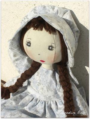 Bambole di stoffa con vestiti..