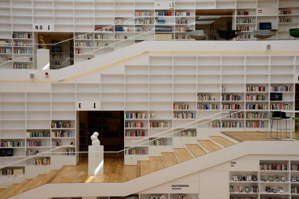 Dalarna University Library スパイラルを時計回りに昇るように設計されている書棚(写真:武藤 聖一)