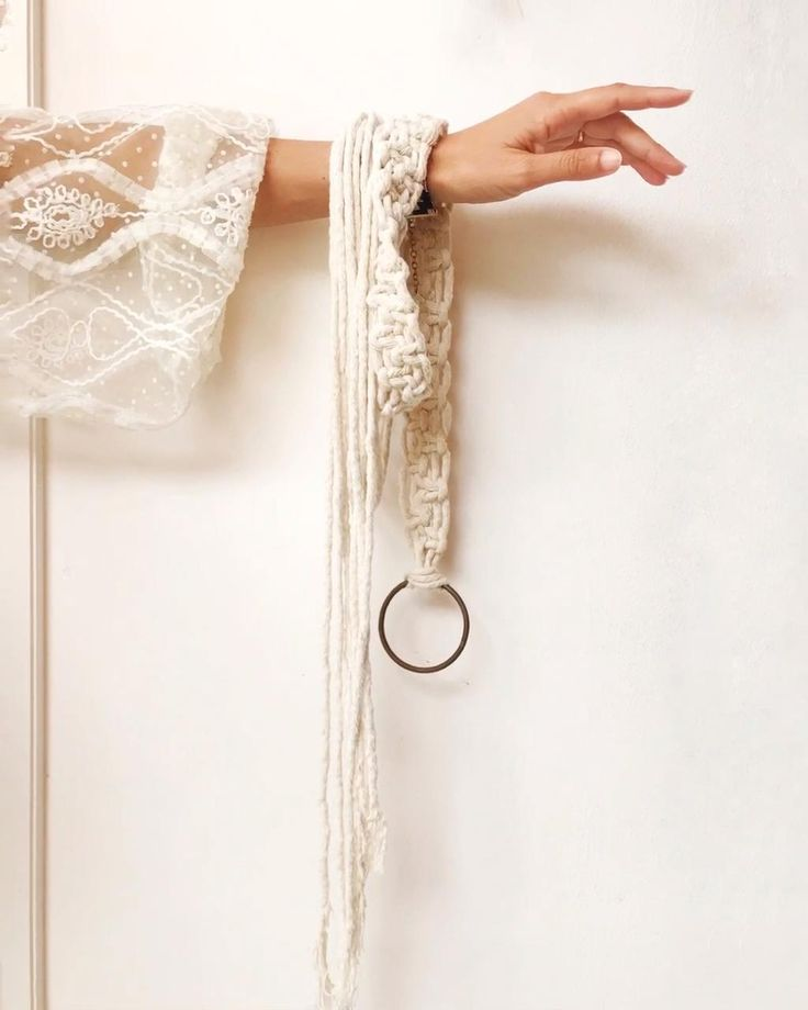 Utilizando 3 cordones de hilo de algodon de 6 metros y tejiendo punto plano hacemos esta lindura 🤍 Macrame Headband, Macrame Bracelet Diy, Macrame Knots, Micro Macrame, Macrame Wall Hanging Diy, Macrame Art, Macrame Projects, Macrame Design, Weaving Art