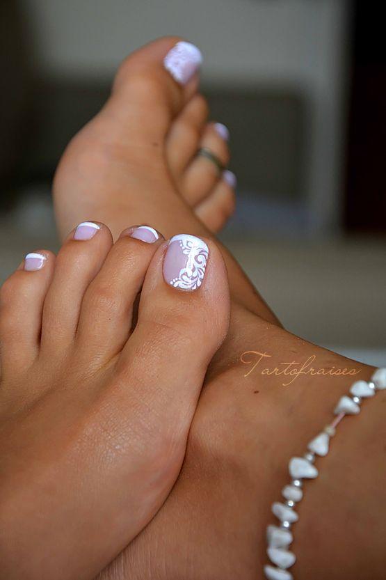 French pédicure et nail art arabesques blanches