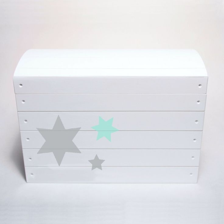Skrzynia to idealne rozwiązanie do pokoju dziecka. Pomieści zabawki, klocki i inne skarby malucha. Kufer pomalowany został  na biało i ozdobiony gwiazkami.
