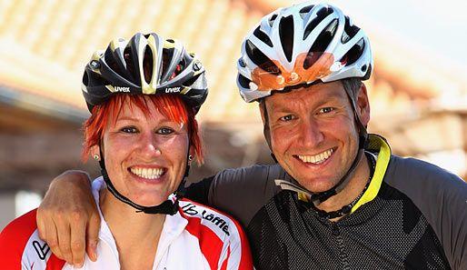Kati Wilhelm nutzte die Zeit, um mit ihrem Lebensgefährten Andreas Emsländer in die Pedale zu treten und um die Wette zu grinsen