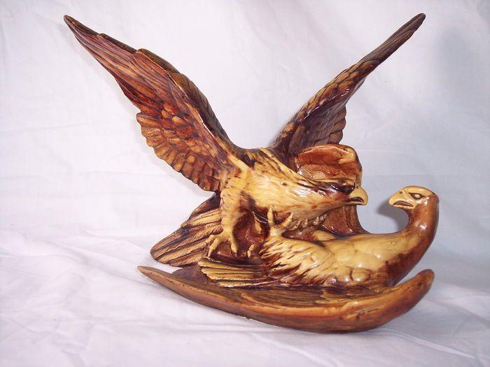 Prachtig beeld van twee vechtende adelaars  Gemaakt van resin, in goede conditie (kijk foto's) Afmetingen 27 x 39 x 25 cm  Zeer zwaar, bijna 4 kg!  Kavel wordt goed verpakt en aangetekend verzonden.