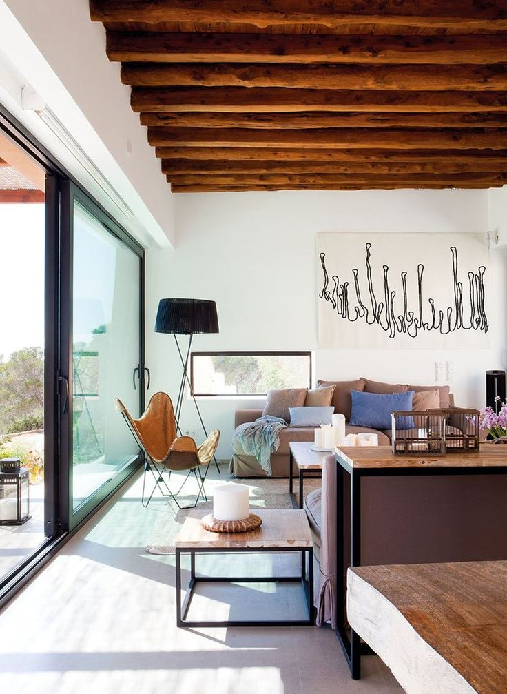 Винтерьере дизайнеры тажке использовали натуральные материалы - дерево, сталь. На потолке оставлены открытыми деревянные балки.  (средиземноморский,архитектура,дизайн,экстерьер,интерьер,дизайн интерьера,мебель,гостиная,дизайн гостиной,интерьер гостиной,мебель для гостиной) .