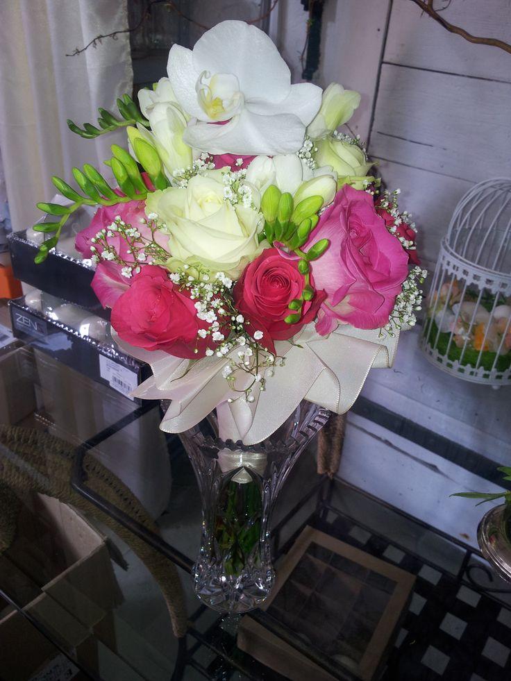 brautstrau mit freesien rosen und als kr nung eine orchidee hochzeit wedding deko pinterest. Black Bedroom Furniture Sets. Home Design Ideas