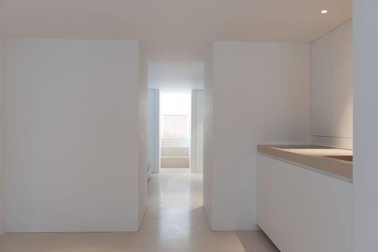 Koetsier - Van der Velden studio •   Pantry executed by Nieuwkoop International. Interior builder. Bespoke modern interior. Limestone floor tiles and complementary working top. Interior details. White lacquer. Minimalism.