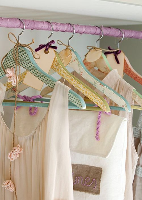 Washi-tape hangers   Perchas decoradas · www.chic-deco.com