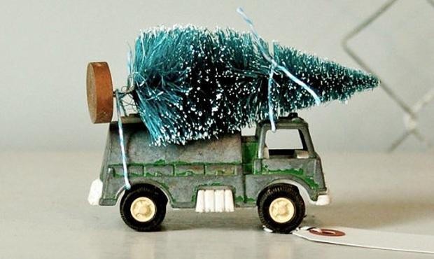 Caminhões de brinquedo e árvore de Natal: uma ótima ideia para o seu filho pequeno brincar! Ideia da americana Michelle Haugher.