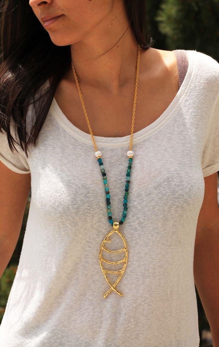 Precioso #colgante en forma de pez con baño en #oro de 18k, combinado con collar de cuarzos en tonos azul mar, perlas  y cadena bañada en oro de 18k con acabado mate.