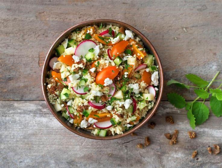 Tabouleh is een salade uit de Libanese keuken die bestaat uit bulgur of couscous en kleingesneden groenten. De tomaat, radijs en komkommer die jij aan de couscous toevoegt, komen van Hollandse bodem. De salade krijgt extra veel smaak er door heel fijngesneden kruiden aan toe te voegen.