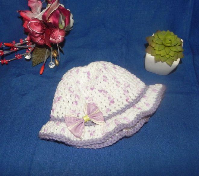 Cappellino bimba realizzato ad uncinetto pura  lana