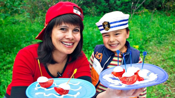 Видео для детей. Готовим на даче. Вкусные кораблики. Канапе своими рукам...