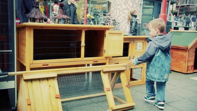 Het Nieuwe Winkelen in de Binnenstad by Jan-Willem Janssen. Deze video geeft de visie van HBD weer op de veranderingen in het koop- en winkelgedrag dat de komende jaar plaats gaat vinden als gevolg van het samensmelten van drie belangrijke ontwikkelingen: mobiel, sociaal en lokaal. HBD probeert in samenwerking met lokale partijen in Veenendaal deze visie vorm te geven. Dit initiatief is inmiddels ook gestart in Leeuwarden