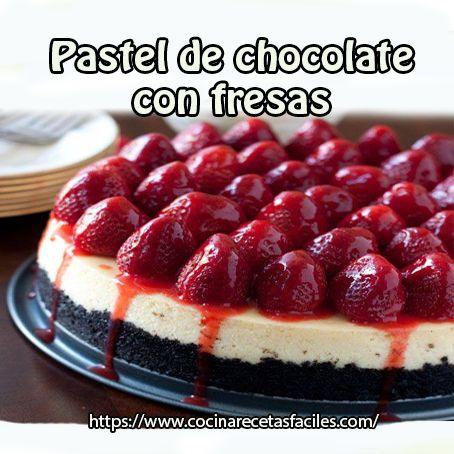 Pastel de chocolate con fresas http://www.cocinarecetasfaciles.com/2014/04/pastel-de-chocolate-con-fresas.html