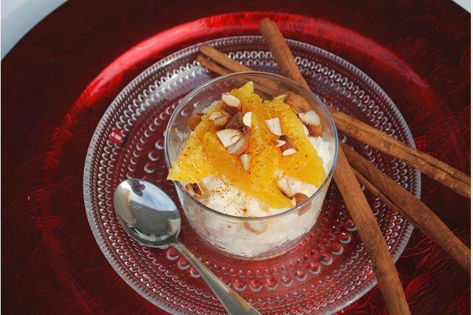 Kokosgröt med kanelpudrade apelsiner och rostad mandel  Den traditionella risgrynsgröten får här en härlig touch av kokos. Toppad med saftiga bitar av apelsin, kanel och rostad mandel blir detta en lyxig frukost alternativt mellanmål att njuta av i juletider.