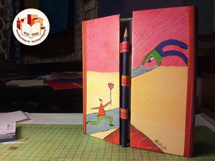 Colorato notes con una particolare chiusura a matita. Creato da noi: www.rilegoerileggo.org