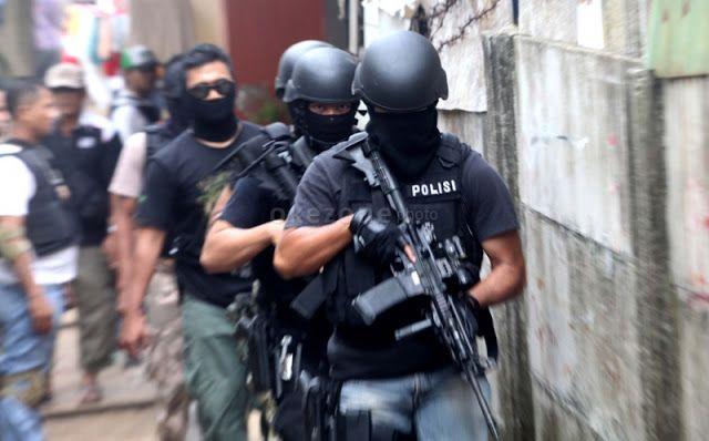 Solo - Detasemen Khusus (Densus) 88 Antiteror kembali menangkap dua orang terduga teroris di So...