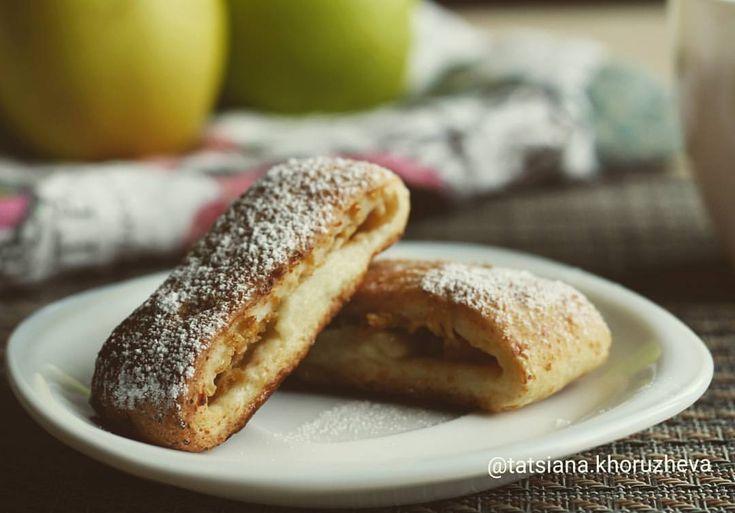 Творожное печенье с яблоками. Вкусное и хрустящее. В яблочную начинку можно по желанию добавить корицу. 📝РЕЦЕПТ: ТЕСТО 55г сливочного масла, 200г творога (в пачках), 1 и 1/4 стакана муки, 40гр сахарной пудры, 1/6 ч.л. соды, 1 ч.л. разрыхлителя (без горочки, можно чуть меньше ложки), ~40г воды НАЧИНКА  2 яблока, 1/4 стакана сахара, 1 ст.л. лимонного сока 📝ПРИГОТОВЛЕНИЕ 1. Яблоки натереть на крупной тёрке. Полить лимонным соком, посыпать сахаром, перемешать и оставить на 10-15 минут. После…