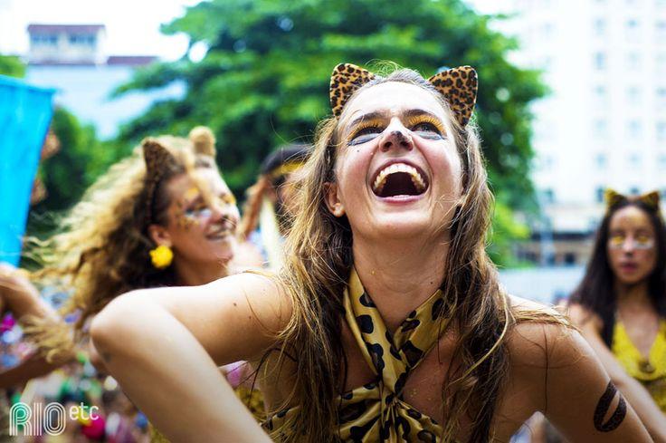 Amigos da onça no carnaval carioca: jogando confete pro alto com sorriso no rosto.