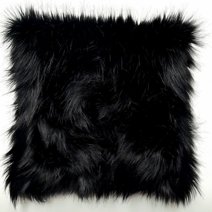 Almohadon de pelo negro sintetico y gamuza sintetica. Relleno de vellon siliconado. Funda desmontable con cierre y lavable. Medida 50cm x 50cm