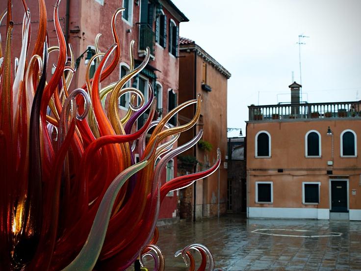Umělecká díla mistrů sklářů zdobí ulice a náměstí ostrova Murano