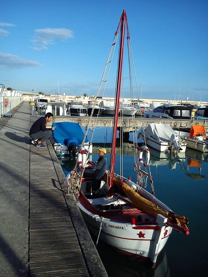 """Senigallia,mitica perla del mare Adriatico,al centro dello Speciale di """"LINEA BLU"""", trasmesso su Rai Uno sabato, 9 Aprile 2016, alle h.14,00.... (Nella foto: Fabio Galli, conduttore del programma,mentre intervista un anziano pescatore del Porto Turistico)... [SENIGALLIAlineablu900-3.jpg (720×960)]"""