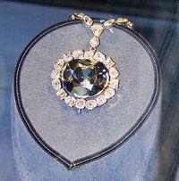 De même, le Hope, diamant bleu de 44.5 carats originaire des Indes, ayant  appartenu à Louis XIV, fut volé à la révolution au garde meuble  national. Il fut retaillé, puis vendu à sir Hope, banquier à Londres,  qui lui donna son nom. Racheté par Cartier, puis vendu à Mrs Mac Lean,  qui le vendit à Harry Winston, qui en fit don au Smithsonian Institute  de Washington où il est toujours exposé