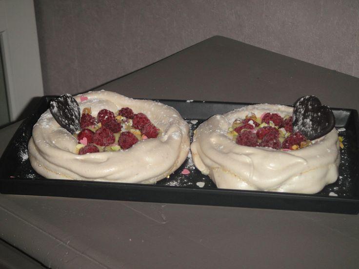 Pavlovas à ma façon - meringue - crème pâtissière - éclats de pistaches - framboises - coeurs chocolat - saupoudrage sucre glace