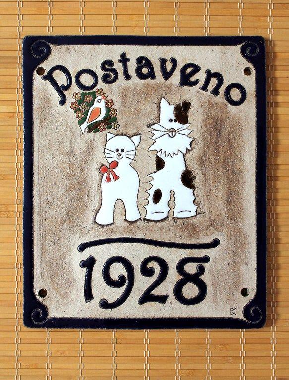 Cedulka na dveře z keramiky s motivem na přání - rok, kdy byl postaven dům. Výroba keramiky na zakázku - Keramika pro domov, www.keramika-dum.cz
