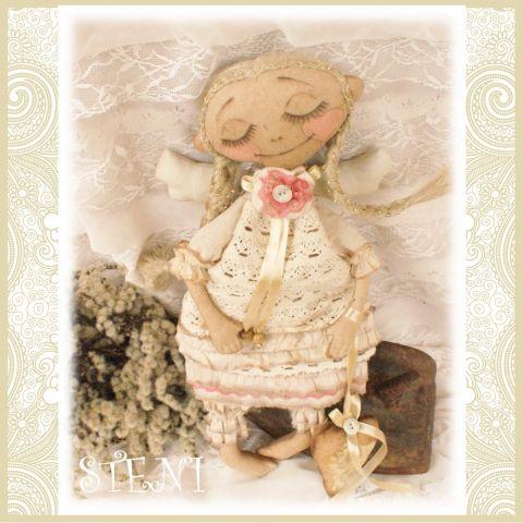 Маленькая очаровательная девчушка - задумчивый мечтательный ангел!Куколка ароматизирована кофе и корицей.Сшита из хлопчатобумажный тканей и кружева. Волосы - лен. Лицо росписано акриловыми красками.Рост 37 см.Выполнена в едиственном экземпляре по авторской выкройке.Заказать куклу