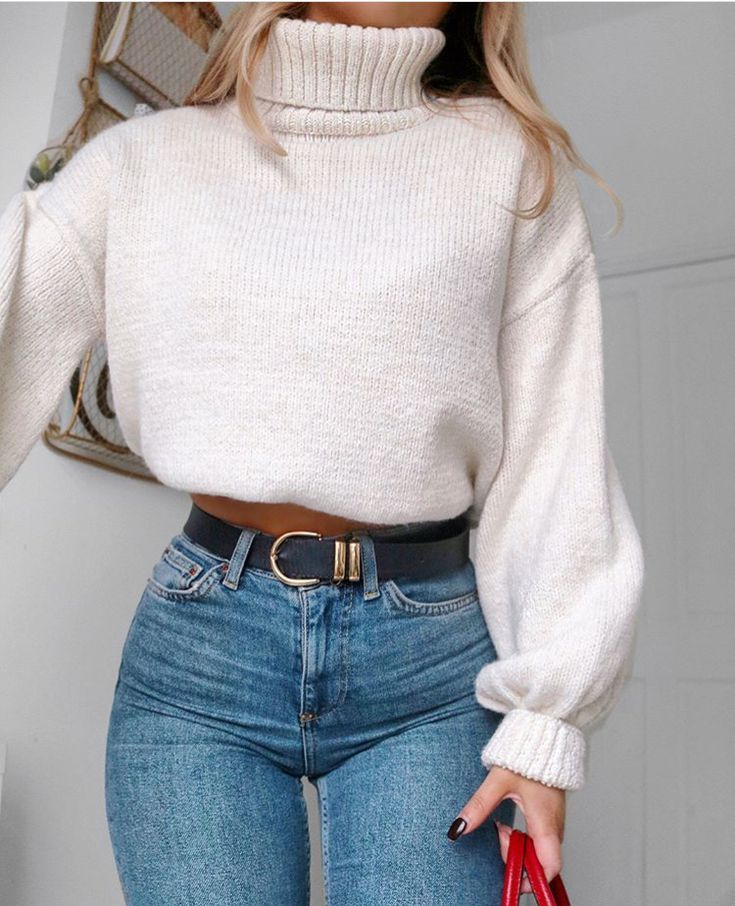 Weißer übergroßer Pullover und Highwaist-Jeans mit schwarzem Goldgürtel. Hoffe es gefällt euch ^^
