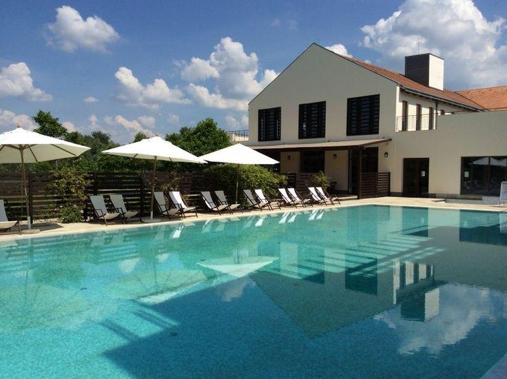 A Tisza Balneum Thermal Hotel közvetlenül a Tisza – tó partján található csodálatos kilátással. A szálloda a gyermekes családok elvárásainak és igényeinek maradéktalanul megfelel,de leginkább 3-16 éves gyermekekkel való utazáshoz ajánljuk. Az új játszóház kialakításával arra törekedtek, hogy a gyerekek szórakozását elősegítsék, a kicsik és nagyobbak házon belül is megtalálják a korosztályuknak megfelelő elfoglaltságot. A hotel parkja csónakkikötővel, napozó és horgászstéggel rendelkezik.