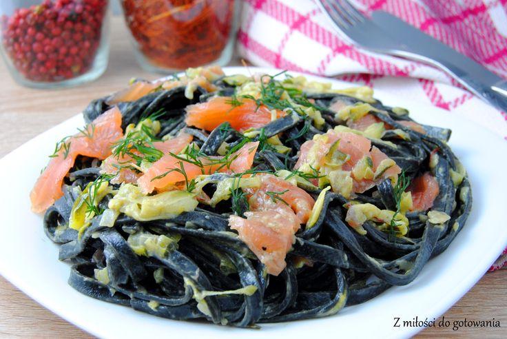 Czarny makaron w sosie cukiniowym z łososiem