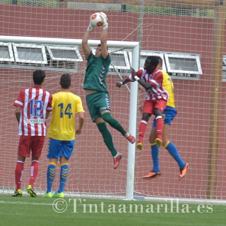 Alejandro Martín atrapa el cuero en salto