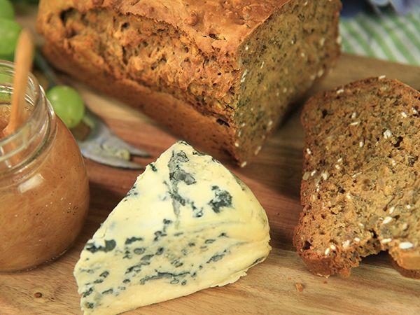 Enkel limpa med yoghurt, chiafrön, linfrön, havrekärnor och solroskärnor. Du använder bikarbonat istället för jäst och slipper vänta på att brödet ska jäsa!