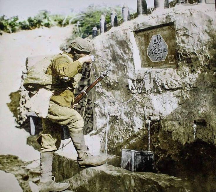 Çanakkale Muharebeleri Esnasında Arif Bey Çeşmesi Başında Su İçen Türk Askeri.