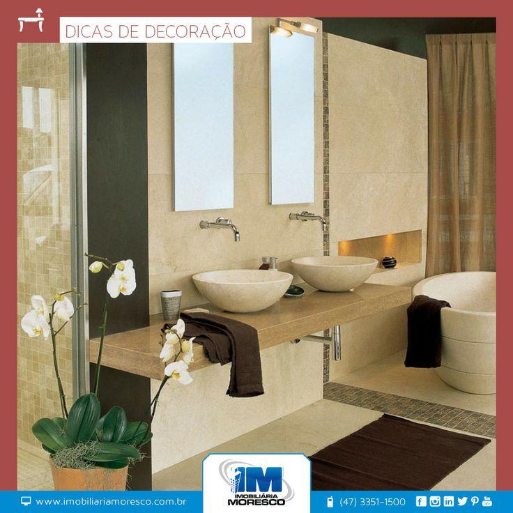O banheiro é um dos menores ambientes da casa, mas nem por isso o mais vazio. Sabonete, xampu, cremes, toalhas, papel higiênico e até revistas disputam cada espacinho do gabinete.