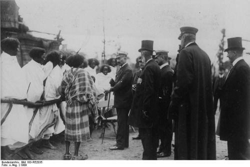 Kaiser Wilhelm II speaking with human exhibitions at the Tierpark Hagenbeck zoo in Hamburg, Germany, 1909. Source: Deutsches Bundesarchiv (German Federal Archive)