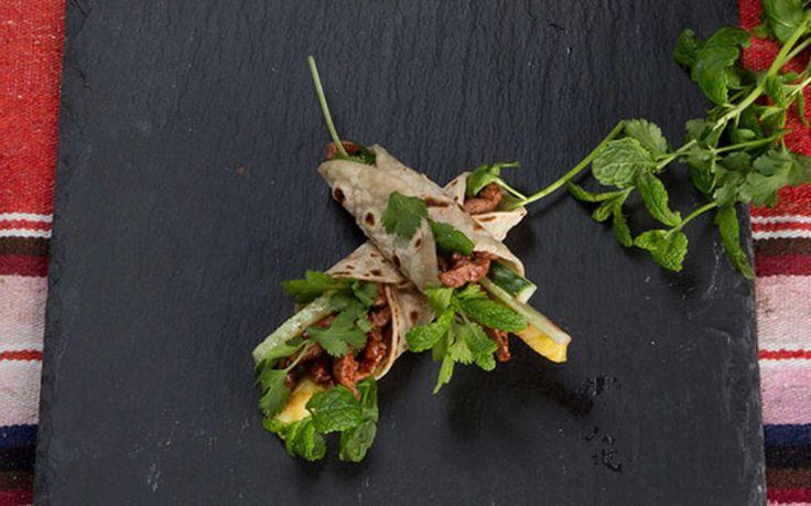 Svinetaco med hoisin, ananas og urtesalat
