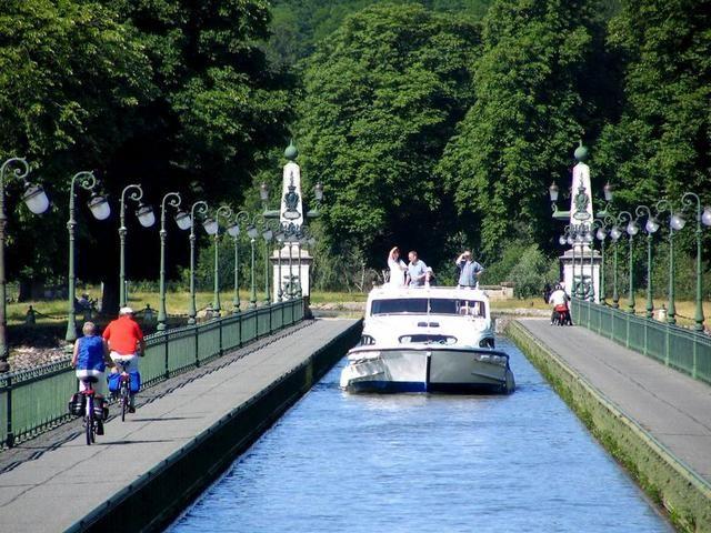 Briare : bateau et cyclotouristes sur le pont-canal
